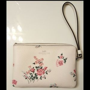 🆕️Coach cross stitch Corner zip wristlet 🌸💮🌹